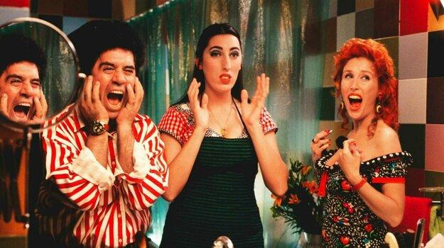 Z nakrúcania filmu Labyrint vášní. Pedro Almodóvar je vľavo.