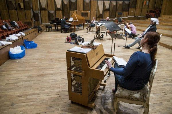 Dobový nábytok v opere Haydn večeria s Mozartom priniesli tvorcovia z budovy Slovenskej televízie.