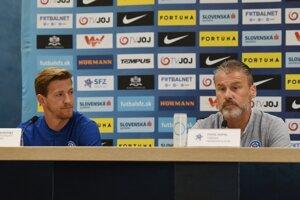 Tréner slovenskej futbalovej reprezentácie Pavel Hapal (vpravo) a slovenský futbalový reprezentant a stredopoliar Patrik Hrošovský.