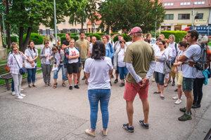 Spoločná fotka dobrovoľníkov v Hlohovci predtým ako sa pustili natierať zábradlia v meste.