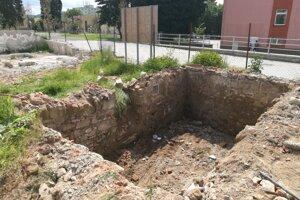 Archeológ pri odkrývaní múrov vychádza z historických máp a nákresov.