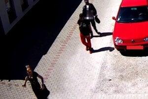 Trojicu odhalili kamerové záznamy.