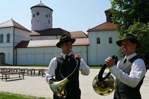 Viac ako 180 poľovníckych trubačov zo Slovenska a Českej republiky bojovalo v sobotu na Budatínskom zámku o prestížne ocenenia v rámci piateho ročníka spoločnej súťaže poľovníckych trubačov.