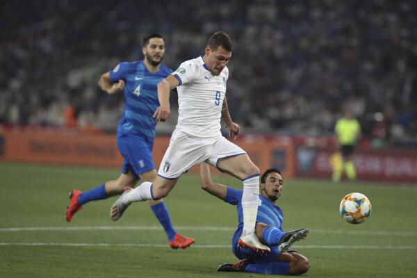 Leonardo Pavoletti (v popredí) v kvalifikačnom zápase na Euro 2020 proti Grécku.