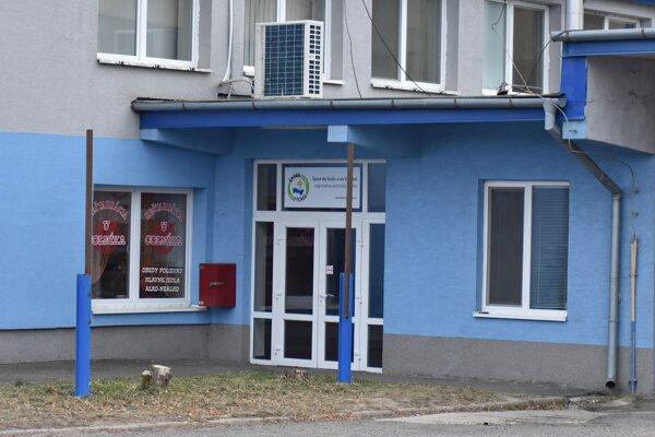 Vo Vadalovej budove na Priemyselnej 2 v Michalovciach sídlil okrem regionálnej politickej strany Šport do Košíc a na Východ v minulosti aj colný úrad, podnik na prízemí sa i preto volal Reštaurácia u colníka. Pred niekoľkými rokmi sa michalovský colný úrad presťahoval na Plynárenskú 4.