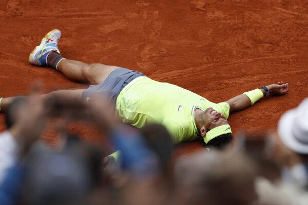 Rafael Nadal po víťaznej loptičke vo finálovom zápase na Roland Garros 2019.