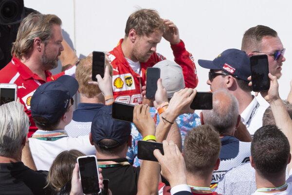 Sklamaný Vettel prichádza na vyhlasovanie víťazov po Veľkej cene Kanady.