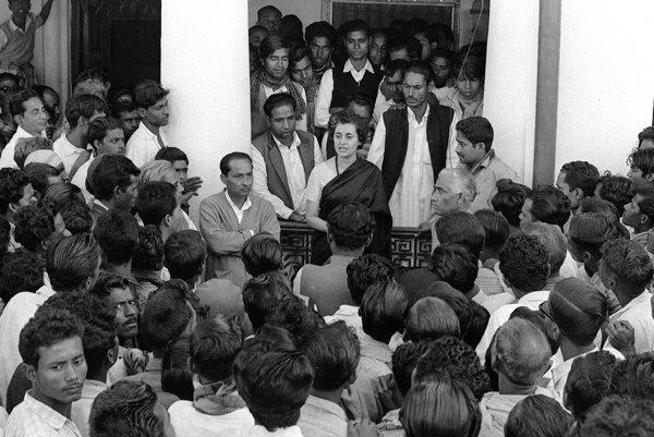 Indira Gándhiová patrila medzi najvýznamnejších politických lídrov modernej indickej histórie a svoj život zasvätila pokroku vo svojej krajine zmietanej obrovskými problémami. Za jej vlády mala India z najrýchlejšie sa rozvíjajúcich ekonomík vo svet a vyslala do vesmíru svoj prvý satelit.