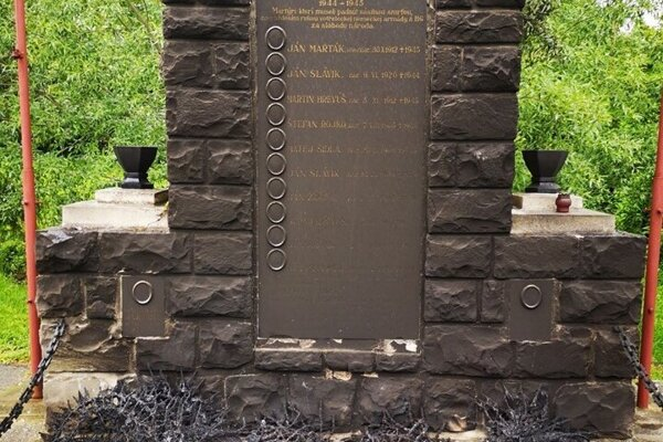 Po požiari bol pomník celý zadymený.