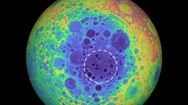 Pod oblasťou, ktorá je vyznačená prerušovanou kružnicou, vedci objavili anomáliu. Mohla vzniknúť po zrážke Mesiaca s asteroidom.