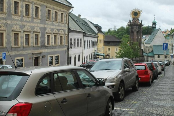 Námestie sv. Trojice dnes viac ako pamiatky charakterizujú zaparkované autá.