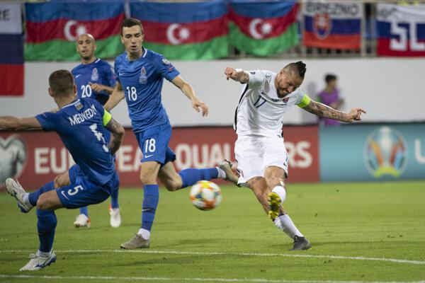 Marek Hamšík (vpravo) strieľa tretí gól počas zápasu kvalifikačnej E-skupiny Azerbajdžan - Slovensko o postup na futbalové ME2020 v Baku 11. júna 2019.