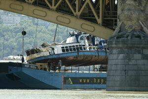 Záchranári vyzdvihli vrak lode z Dunaja.