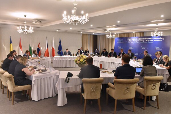 Rokovanie zástupcov rezortov životného prostredia krajín Vyšehradskej štvorky, Rumunska a Bulharska v Tatranskej Lomnici vo Vysokých Tatrách.