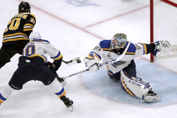 Brankár St. Louis Jordan Binnington (vpravo) a jeho zákrok proti Joakimovi Nordstromovi počas rozhodujúceho zápasu finále NHL 2018/2019.