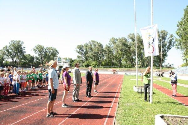 Slávnostné otvorenie 2. Detskej novozámockej olympiády na atletickom štadióne na Sihoti vNových Zámkoch .