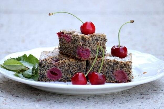 Makovo-čerešňový koláč s celozrnnou špaldovou múkou