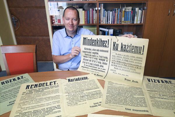 Riaditeľ Štátneho archívu v Košiciach Richard Pavlovič ukazuje vyhlášky Slovenskej republiky rád uložené v Štátnom archíve v Košiciach.