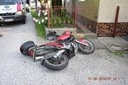 Vodič motocykla skončil v oplotení.