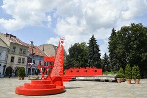 Známa červená stolička je už pripravená pri Dolnej bráne.