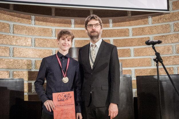 Jonáš Dujava s prezidentom Európskej fyzikálnej olympiády Jaanom Kaldom z Estónska.