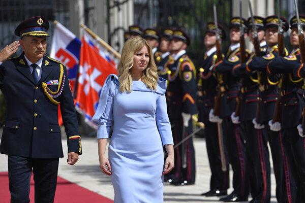Čaputová počas prehliadky Čestnej stráže po príchode do Prezidentského paláca.
