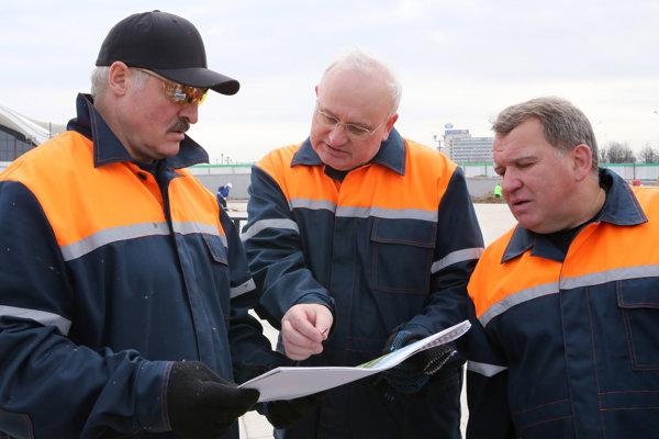Alexander Lukašenko (vľavo), primátor mesta Minsk Nikolaj Ladutko (uprostred) a bieloruský podnikateľ Jurij Čiž (vpravo) v Minsku.