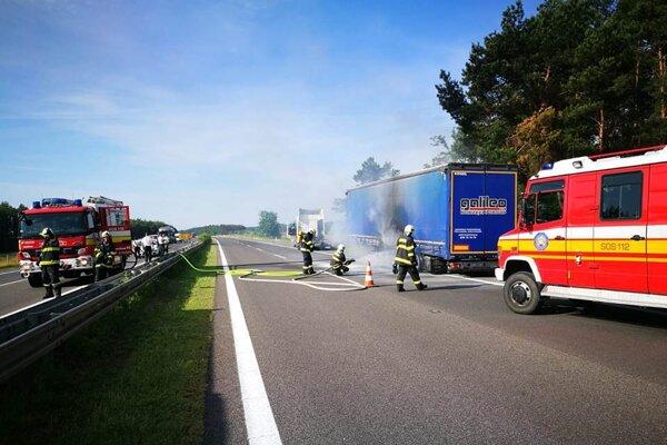 Na diaľnici D2 pri Malackách horí.