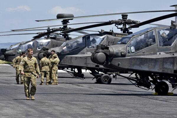 Piloti a vrtuľníky americkej armády AH-64 Apache na letisku v Piešťanoch.