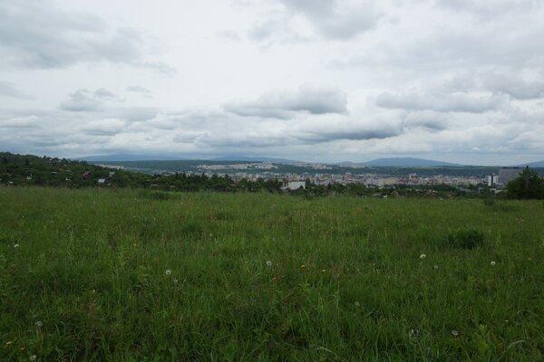Pozemky nad ložiskom magnezitu, kde má stáť nová štvrť, sa nachádzajú v tesnej blízkosti zastavaného územia mesta a záhradkárskej lokality.