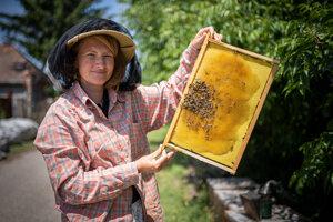 Rita Novosadová (41) vyštudovala záhradnú a krajinnú architektúru na Slovenskej poľnohospodárskej univerzite v Nitre. Je členkou Spolku včelárov Slovenska a je certifikovanou apiterapeutkou. S manželom vedú rodinnú včeliu farmu Včeličo. Venujú sa produkcii medu a včelích produktov, ale aj apiterapii, predaju včelích rodín, poskytujú opeľovacie služby, chovajú včelie matky, vedú kurzy pre začínajúcich včelárov a robia prednášky pre školy aj verejnosť.