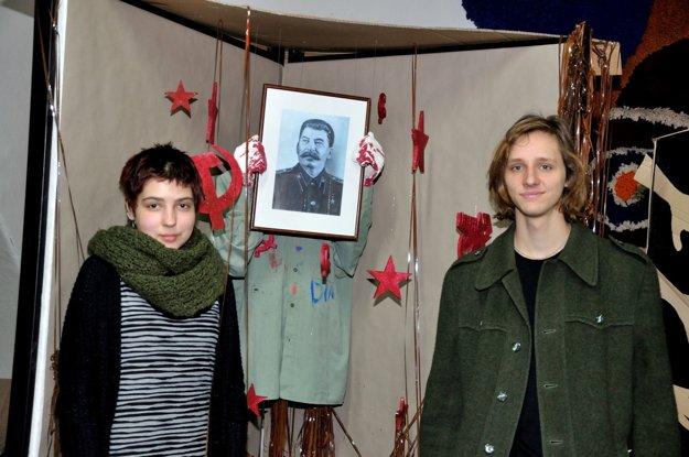 Študenti Školy úžitkového výtvarníctva so svojou prácou Kult osobnosti. Krvavé ruky Stalina hovoria za všetko.
