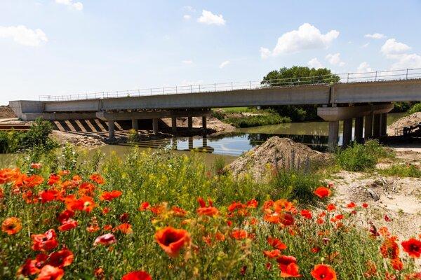 výstavba mostu diaľnice D4 ponad rieku Malý Dunaj neďaleko Mostu pri Bratislave.