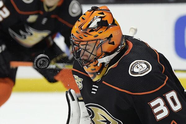 Brankár Anaheimu Ryan Miller blokuje strelu v zápase zámorskej NHL Philadelphia Flyers - Anaheim Ducks v Anaheime 31. októbra 2018.