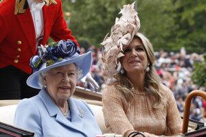 Britská kráľovná Alžbeta II. a holandská kráľovná Maxima počas príchodu na prvý deň dostihov v Ascote.