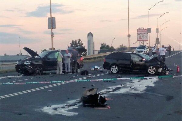 Čelnú zrážku áut neprežili otec so synom.
