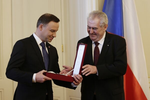 Poľský prezident Andrzej Duda  (vľavo) prijíma od českého prezidenta Miloša Zemana najvyššie štátne vyznamenanie Českej republiky Rad bieleho leva na Pražskom hrade.
