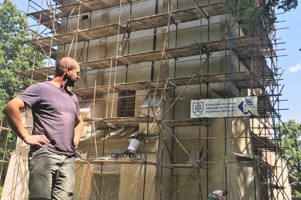 Martin Mikuláš počas prác na kostolíku.Na rekonštrukciu prispelo ministerstvo kultúry sumou 30-tisíc eur.