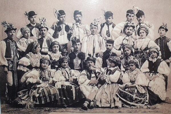 M.R. Štefánik (dole v strede) ako folklorista.