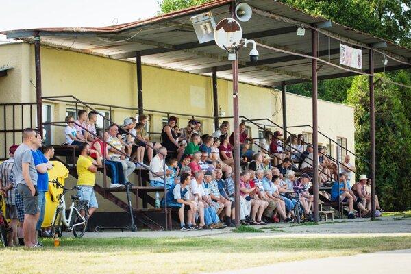 Fanúšikovia futbalu v Sľažanoch sa tešia na výnimočný deň.