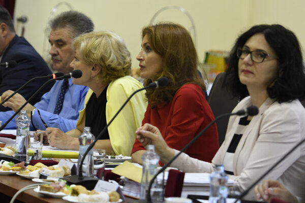 Ilustračné foto: Vláda rozdeľovala peniaze na nedávnom výjazdovom zasadaní.