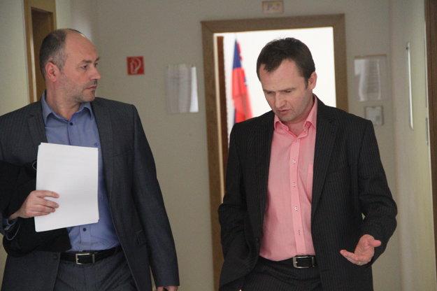 Peter Paška (vpravo) so svojím obhajcom tesne po pojednávaní.