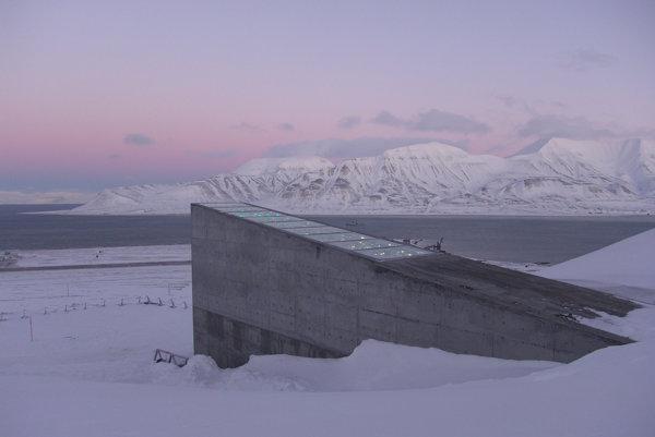 Nórsky zákon ustanovuje, že všetky verejné budovy musia obsahovať aj umelecký prvok. Vchod do banky zdobia vysokoreflexné ocelové a sklenené hranoly, ktoré majú reprezentovať rôznorodosť a život, ktoré v sebe banka ukrýva.