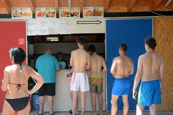 Jeden bufet je na kúpalisko s kapacitou vyše tisíc návštevníkov málo.