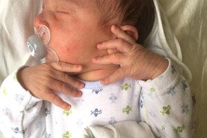 Aneta Gašparová zo Žemberoviec porodila 5. mája synčeka OLIVERA. Treťorodený Oliverko po narodení meral 50 cm a vážil 3,95 kg. Z bračeka sa teší 7-ročná Ninka, 11-ročný Marek a otec Marek.