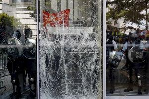 Príslušníkov poriadkovej polície bolo vidieť aj priamo v budove, ktorá je posledné tri týždne stredobodom protestov.