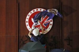 Symbol Hongkongu prekrytý vlajkou z koloniálnych čias.