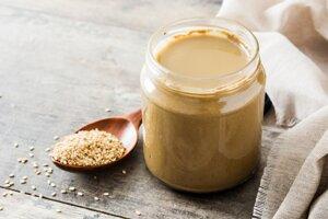 Dobrým zdrojom vápnika, obzvlášť pre vegetariánov a vegánov sú sezamové semienka a pasta tahini.