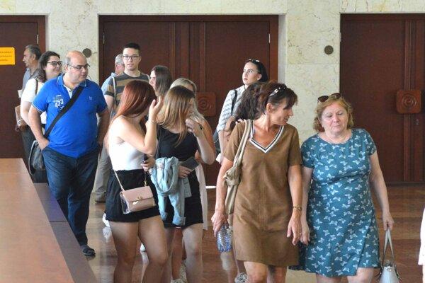 Učitelia aj žiaci sa prišli pozrieť na rozhodnutie poslancov. Tí im školu napokon nepresťahovali.
