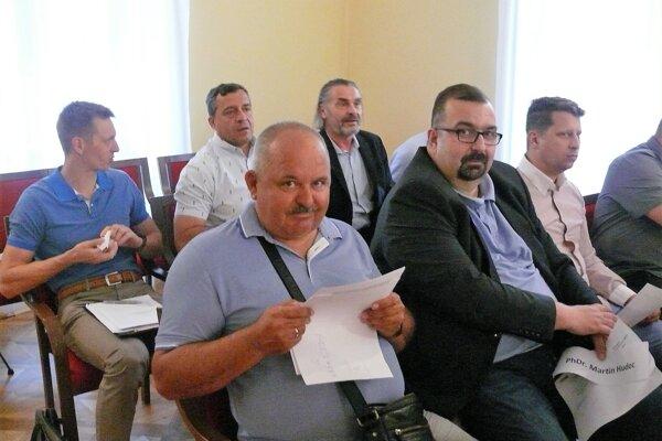 Peter Kašuba (vľavo) upozornil, že uznesenie, o ktoré sa opierala radnica, bolo už dávno zrušené.